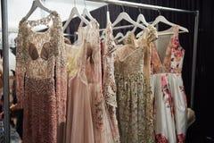 在后台挂衣架的礼服在MBFW秋天期间的纽约生活时装表演2015年 库存图片
