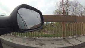 在后视镜和推进低谷的反射城市街道,时间间隔 股票视频