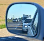 在后视镜的交通堵塞 免版税库存照片