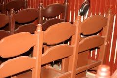 在后边行的木棕色扶手椅子 在犹太教堂的椅子在祷告大厅里 库存图片
