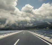 在后退入高地的城市之外的高速公路 汽车城市概念都伯林映射小的旅行 免版税图库摄影