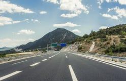 在后退入高地的城市之外的高速公路 库存图片