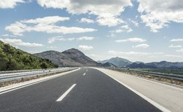 在后退入高地的城市之外的高速公路 免版税库存照片