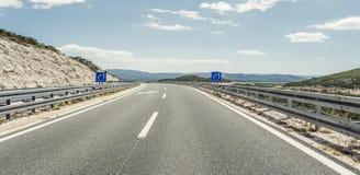 在后退入高地的城市之外的高速公路 免版税图库摄影