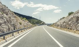 在后退入高地的城市之外的高速公路 库存照片