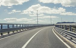 在后退入高地的城市之外的高速公路 免版税库存图片