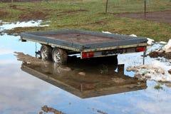 在后院的汽车拖车在洪水期间 免版税库存照片
