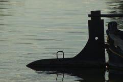在后面光的小船船舵 免版税库存图片