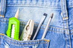 在后面口袋斜纹布工作者的几个设备工具有copyspa的 免版税库存照片