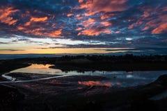 在后面海湾的日落反射在新港海滨加利福尼亚 图库摄影