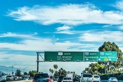 在向南的高速公路101的交通 免版税库存照片