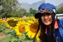 在向日葵领域的妇女泰国画象在Saraburi泰国 免版税图库摄影