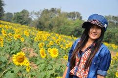 在向日葵领域的妇女泰国画象在Saraburi泰国 免版税库存照片