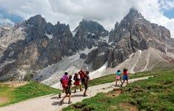 在向Cimon della勃拉的路上在Pale中di圣马蒂诺坚固性峰顶在晴朗的天空下 库存图片