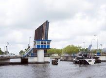 在吕伐登运河的小船在赞成荷兰人送进开放吊桥 免版税图库摄影