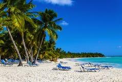 在含沙加勒比海滩的海滩睡椅在古巴 库存照片
