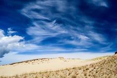 在含沙地面的壮观的多云天空 图库摄影