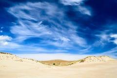 在含沙地面的壮观的多云天空 免版税库存图片