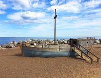 在含沙岸的木小船 图库摄影