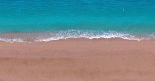 在含沙海岸的蓝色波浪 股票录像