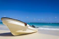 在含沙热带海滩的惊人的小船 免版税库存照片