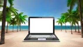 在含沙热带海滩的白色膝上型计算机屏幕 免版税库存照片