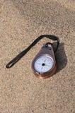在含沙背景的指南针 图库摄影