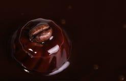 在含麦芽的巧克力的咖啡豆 免版税库存照片