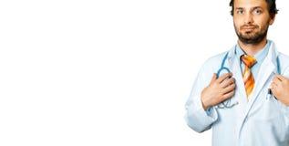 在听诊器的友好的In White Coat Holds医生手 人关心和医学概念 免版税库存照片