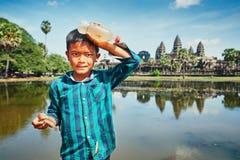 在吴哥窟前面的柬埔寨男孩 免版税库存图片
