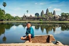 在吴哥窟前面的柬埔寨男孩 库存图片