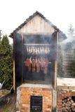 在吸烟房的准备好熏制的肉 免版税库存照片