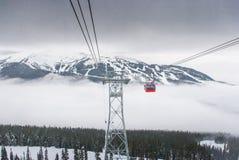 在吹口哨的尖峰对尖峰的缆车,加拿大 库存照片
