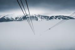 在吹口哨的尖峰对尖峰的缆车,加拿大 免版税库存照片