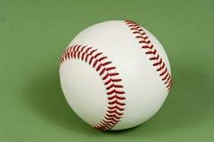 在呈杂色的绿色背景的棒球 免版税库存图片
