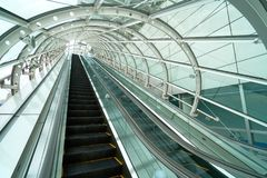 在告密者上下的自动扶梯通过玻璃屋顶 防止r 免版税库存图片