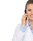 在告诉医生的妇女的特写镜头移动电话 免版税库存图片