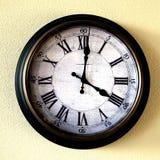 在告诉时间的墙壁上的老葡萄酒时钟 库存照片