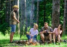 在周末上花费了不起的时间 快餐的止步不前在远足期间 有公司的朋友放松和快餐野餐自然 库存图片