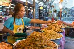 在周末夜市场上的泰国食品店在普吉岛镇 图库摄影