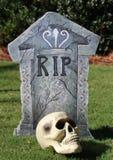 在和平坟墓的万圣夜休息与头骨 免版税库存照片