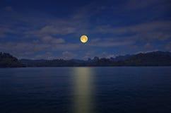 在和平湖的浪漫满月夜 免版税图库摄影