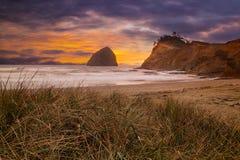 在和平的城市海滩的海角Kiwanda在沿俄勒冈海岸美国的日落 库存图片