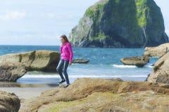 在和平的城市的女孩探索的浪潮水池 免版税库存照片