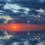 在和平的日出的海洋 免版税库存图片