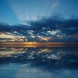 在和平的日出的海洋 免版税图库摄影