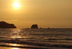 在和平的日落的海洋 与小船的海景 免版税库存图片