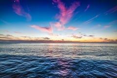 在和平的海滩岸的五颜六色的云彩 免版税库存图片