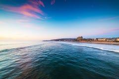 在和平的海滩的五颜六色的日落 图库摄影