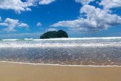 在和平的海滩晴朗的云彩的波浪 库存照片